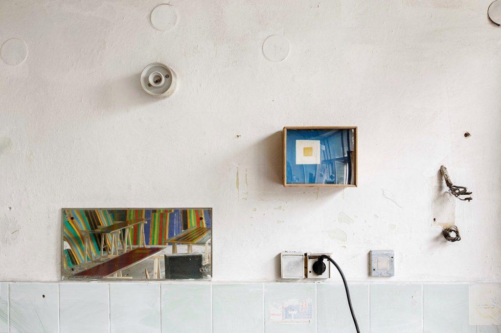 Pracownia przy ul. Lea 44 w Krakowie, praca Piotra Lutyńskiego oraz po lewej widoczna praca Leona Tarasewicz, wykonana w ramach Artboom.